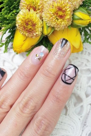 My favourite things in 1 picture. Nail art + Lace + Flower 💖💖💖