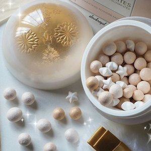 What is Holiday Season without you??⛄❄ Guerlain Meteorites Flocons Enchants is one of the must-have item in my holiday collections wishlist! 💕💕 This has to be one of the best packaging out of the all the Guerlain Meteorites Collection over the years!! ❤❤ Hands up those who have them or going to get them! 🙌😂😙 #clozette