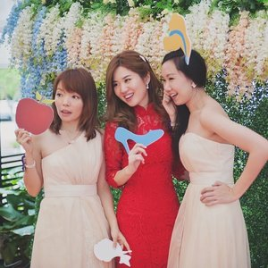 What better way to entertain our wedding guests than a Disney themed photo booth??? Pictured here with my lovely princesses @tiffanyyongwt and @a5h1yn! 📷: @lightboxbykwang  #clozette #disneyweddings