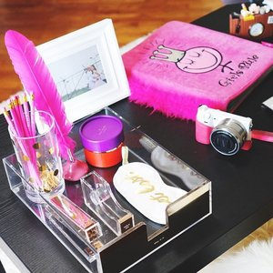 Optimise your working area to increase your productivity - or at least that's what you tell your boss you're doing as you make your desk cute & pretty. 😁 Back at the office! Hope you're having a blues-free Monday!  #clozette #homeoffice #dailygrind #desksituation #dotd #pink #ilboffice