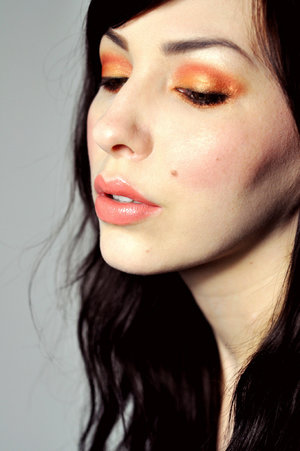 I don't usually like summer colours but I really fell for this makeup look done by Keiko Lynn. Check out the blog post and how-to here: http://www.keikolynn.com/2012/02/makeup-monday-call-me-bubbles.html