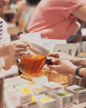 Trying to make plans for this weekend? This year's Singapore Tea Festival is an event you don't wanna miss out! Held at @jewelchangiairport from 19th - 21st July, you'll get to experience tea from all over the world, there's masterclasses for you to attend and even a kombucha brew off competition happening tonight from 8pm to 10pm! Other than tea, you'll find really interesting brands like @oasisskin (tea-infused shampoos!), @fossachocolate (one of my fave local brands!) and more. So don't miss this 3 days only event, tea lovers! 🍃 #sgteafest #teapasar #singaporeteafestival2019 @teapasar @whitelabelpr