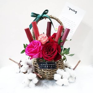 🌹No one can resist gorgeous fresh roses basket. Must document it on my IG 😁 ❤️ Vivid Cotton Ink #CrushedRose Collection - 5 new shades: 🌹No.11 Rosy Beige Maple 🌹No.12 Peach Beige Maple 🌹No.13 Sunset Scarlet Maple 🌹No.14 Brick Brown Maple 🌹No.15 Chili Brown Maple . . . #innisfreesingapore #innifriends #vividcottonink #innisfree #lipstick #lipink #beauty #kbeauty #koreanbeauty #makeup #鮮榨玫瑰 #instabeauty #sp #ad #clozette #flatlay #motd #lotd #roses #sgflorist