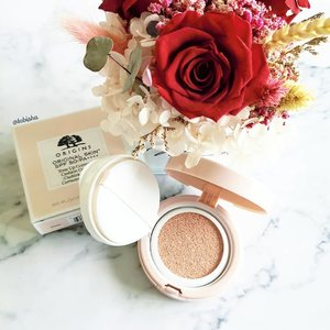 Origins newest addition that you won't want to miss! Original Skin SPF50/PA++++Tone Up Correcting Cushion Compact 🌼24-hour wear formula instantly and effectively smooths, brightens and visibly even skin to help enhance complexion. 🌸Can be worn under makeup as makeup base or alone for a luminous, bright look. Great for daily makeup look and lazy days with minimal makeup on. 🌺Now available at @sephorasg and @origins.sg retail stores. Priced at $63. . . . #originssg #originalskin #origins #Beauty #beautysg #skincare #makeup #toneupcushion #bbcushion #clozette #sp #ad #flatlay #beautyflatlay