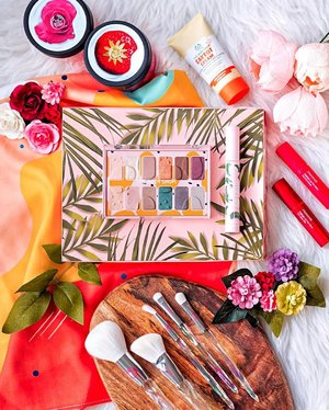 Say yes to #crueltyfreemakeup with gorgeous shades! 🐻🦊🐶 The most pigmented eyeshadow palette by @thebodyshopsg , its enriched with Community Trade marula oil from Namibia. 12 buildable and blendable shades with a good mix of natural mattes and vibrant shimmers, it's now at $29 only 💕 #thebodyshopsg . . . #redqiyunz #thebodyshop #sgbeauty #sgmakeup #singapore #slaytheflatlay #clozette #beautyflatlay #sephorasg #makeupjunkie #mamondesg #mamonde #beautylover #beautyjunkie #veganmakeup #crueltyfree