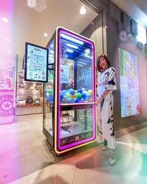 Have a go at @kipling_sg's Instagram Activated Claw Machine to stand a chance to win 1 of 2,000 exciting prizes worth S$52,000! 🎁🥳🙌🏻Simply sign up online (link in my Kipling highlights stories) or head in-store to register for a FREE PLAY! I spotted prizes such as $50 off voucher, Free Bags and a Kipling Robot Monkey. 🤩I also had a chance to check out their newest collection and boy was I smitten! Happening at @ION_Orchard till Wednesday, 17 July 2019. Have fun and Live.Light! 💖 . . . . #KiplingSG #KiplingLiveLight #pinkqiyunz