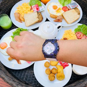 Good morning Krabi! Time ⌚️for breakfast in the pool! . . . Another first for me - a floating breakfast in the pool! Aesthetically pleasing, great for pictures 📸but definitely not practical for eating! As they say not everything is what it seems... . . . #shenwendys #shenwendystravelogue #shenwendystravel #travellog #travel #lifestyle #holiday #fashionista #travelphotography #travelblogger #travellifestyle #yummymummy #likeaboss #travelblog #travelgram #glambassador @glambassadorofficial #bloggerbabes @thebloggerbabes #workingmumsirl #clozetter #clozette @clozetteco #adventure #traveladdict #demaleevilla #floatingbreakfastkrabi #floatingbreakfast #poolvilla #krabi #travel