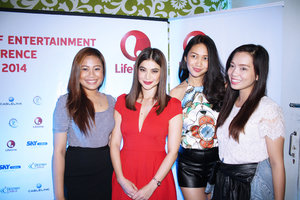Clozette Ambassadors posting with Anne Curtis