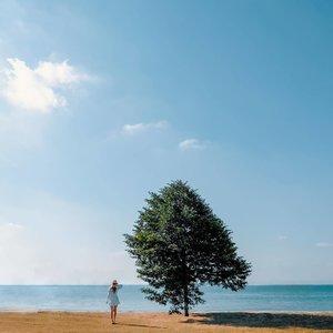 I never grow tired of the blue sky ☁️ Always looking forward to our weekend adventures together @bentkr ❤️ • • • • • 📷: @bentkr   @fujifilmsg  #chloewlootd #springsummer #exploresg #sg #blueskies