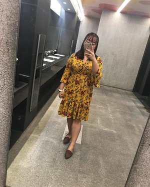 1 - - - > 2  Which one is better? 💃🏻 #michowfit #ootd #yellowflowerdress #floraldress #toiletselfie #clozette