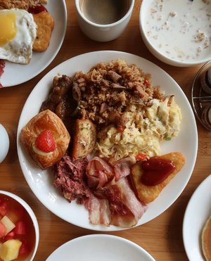 The only reason I'm willing to get up before 8am on a weekend is a breakfast buffet! 😌