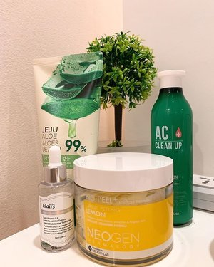 B: Our super short and simple skincare routine 🌟There are currently only four steps in our evening skincare routine, and that's because we're simply focusing on the basics: toning, soothing, treating, and moisturizing! . . ⭐️ First product on our list is the Neogen Lemon Gauze-Peeling Pads! We're literally obsessed with these pads! They are life savers whenever we feel like we're about to break out or our skin is simply not feeling its best, using this helps our skin improve a lot the morning after! . . ⭐️Second on our list is our everyday skincare staple! We always love to use The Face Shop's Soothing Aloe Vera Gel! It smells good, and easily soothes our skin! . . ⭐️We have been loving essences especially after we received the TMYS Vitamin C one!! Unfortunately, we emptied that one already, so we quickly needed to find a replacement that's more convenient for us to find! We replaced it with this dear Klairs Freshly Juice Vitamin Drop. I would say it's not as good as the TMYS one, but it's not bad either. It helps our skin feel so soft the next day. Also, I feel like ever since I've been incorporating Vitamin C on my skincare routine, my skin has been doing better with less breakouts! . . ⭐️Moisturizing is a key essential in skincare! My sister and I both have acne-prone skin types and so using Etude House's moisturizer from the AC Clean Up line may have also helped a lot. . . . Those are everything we use as of the moment! What are some of your holy grail products? 🌸 . . . . . . #skincare #skincareroutine #eveningskincare #skin #thefaceshop #etudehouse #kbeauty #kskincare #skincareproducts #bblogger #neogen #routine #clozette #clozetteco #moisturizer #vitaminc #essences #aloevera