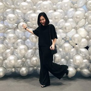 The only time we could ootd hahaha especially when we're all in monochrome - probably the easiest dresscode ever. ⚪️⚫️ So sad we can't keep our balloon wall tho! #clozettestyleparty #clozette