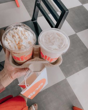Star Tollway stopover.. Never driving without coffee. ☕️ This weather made me get an iced latte.☀️🥵 • How about you? What's your go-to drink during road trips?