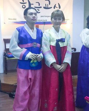Day 4: Where else can you wear Hanbok here in Pinas while having a KOREAN/ Hangul lesson? So, you can only wear it at #hangulgyosil and Watch my  YOUTUBE video about my hangul school here (if you haven't watched it yet): https://youtu.be/iAendDEKShM ✅ 고마워요  @learnkoreanph I wore my first #한복 at my #한글 class! I feel so good! My 반친구 was teasing us that we're like bride & groom 🤣🤣😅 had really great time wearing #hanbok #좋아해요  #감사합니다!  BTW, I was also lucky to wear 2 hanbok! #solucky #thankyouuniverse Spread the good vibes! #OtherPeopleChallenge @ajol_llama #clozette