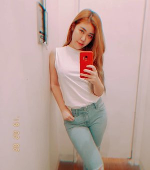 Can you tell i'm sqweezing those thighs cause i'm obviously not skinny skinny yet😁 And no that's not a typo error.  I love fitting room days😊♥️ Which selfie is nicer?  #iboughtthosejeans #sgig #mirrorselfie #snow #sgblogger #sgmummy #sgig #clozette #ootd #asian #girl #wiwt