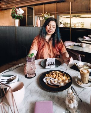 What not love? Delicious Clam Pasta, Glam Marble Table with Pink Cushioned Chair, Warm light and an artistic grand Entrance! . . . #blogger #fashionblogger #foodblogger #travelblogger #hopwithcindy #clozette #cafejakartapusat