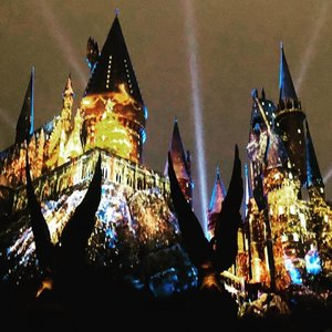 MERRY CHRISTMAS! What a sight! The Magical World of Harry Potter's #Winter #Wonderland . . . . #harrypotter #merrychristmas #seasonsgreetings #xmas #castle #hogwarts #usj #brightcolors #lights #fantasy #mystery #magic #travelgram #travelholic #throwback #instamood #instatravel #instagreatshots #holiday #clozette