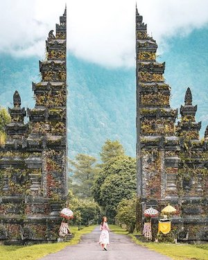 𝓖𝓪𝓽𝓮𝔀𝓪𝔂. • There's lots of such entrances in Bali and it's pretty common there. No matter how many I see, I still cannot get sick of this view. • 📸: @lionel_ . • sabsohootd #sheisnotlost #sohhengtravel #sabsohtravel #sohhenginbali #clozette #visualofasia #sidewalkerdaily .