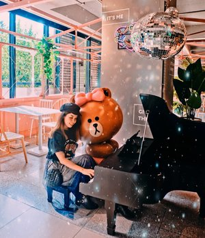 Let me enjoy some me time with Choco on a piano 🤗 Blog update on my trip to Hang Zhou to visit the Largest LINE friends store 💖 www.snowmansharing.com 💖 . . #snowmansharing #sharonootd #ootd #clozette #LINEfriends #hangzhou #china