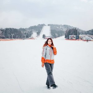 Enjoy my skiing time at Yong Pyong Skii Resort during my Korea trip on January ✌ Blog updated with all details of my skiing experience ❤ . . #SnowmanSharing #snowmaninKorea  #Throwback #yongpyongskiresort #Yongpyong #snow #clozette