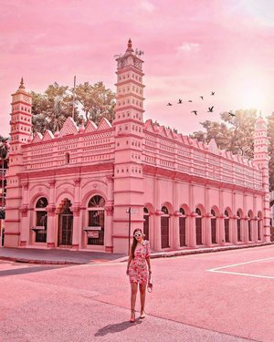 Local here called it Pink Mosque, this two-storey peach-and-white limestone building in Telok Ayer is The Nagore Dargah, Indian Muslim Heritage Centre. • • It's an institution with more than 180 years of history. The centre is located at the site of the Nagore Dargah shrine, which was built between 1828 and 1830 by early immigrants from South India. This place is a replica of a shrine in Tamil Nadu, India. • • #exploreSingapore #VisitSingapore #singaporeworld #singaporeinsiders #things2doinsingapore