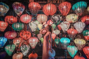 When you are in Hoi An, it is a must to take photo at lantern shop and tailoring customade Áo Dài.. The UNESCO World Heritage-listed Ancient Town of Hoi An is filled with tailors, a tradition resulting from its past as a trading port on the silk route.  I've received few DMs from ladies on Áo Dài pricing, it really depend on material, chiffon and cotton are the cheapest. However Hoi An is famous for the silk fabric.. silk fabric pricing slightly higher but it's worth the price because silk fabric more airy and cooling compare to polyester material.  Tailored this Áo Dài for around 50USD and it finished in 6hours.. #YuniQuetravels #YuniInHoiAn #ÁoDài #HoiAn #YuniInVietnam