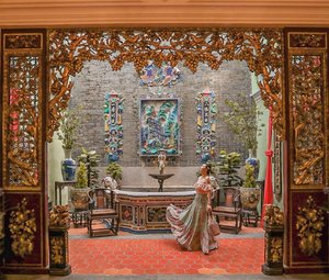 So much detail at this #PinangPeranakanMansion i feel like being pulled into the painting and framed with beautiful golden realistic and detailed style of wooden carvings door, opening up to an inner courtyard with fountain and murals on the wall.. #YuniQuetravels #YuniInPenang