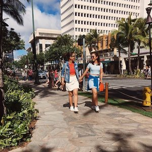 Annie and Hallie's day out in Waikiki 👯🙈 #ALOHAliday #Pilipinasootd #Clozette #igdaily #TwinsOwningItOOTD