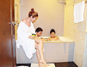 Because of the masungit weather, we were not allowed to go for an outdoor swim and so we ended up here. Bathroom bonding with the kids😂🛁 #clozette