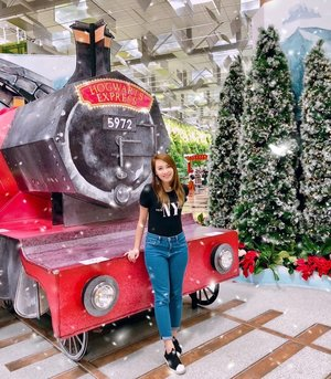 I may not be the biggest Potter head around but boy, I was sucked into the magic created by these cardboard structures because they look so real! This Christmas, I wish for everyone to have a little bit of their own magic✨ . . . #changiairport #ChangiWizardingWorld #Christmas #travel #wanderlust #travelogue #clozette #myfatpocket