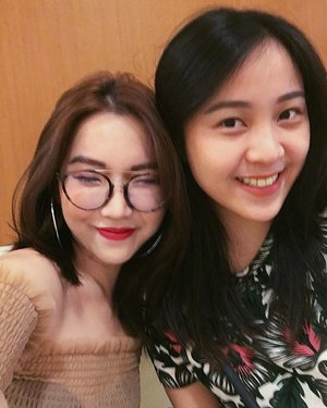 So glad I made time during my Jakarta trip to meet @hannairenaa. Great to see you doing so well as a makeup artist. If you're looking for a MUA, do check her portfolio out here @byhannairena!! 💋💄 Top from: @stylenanda_korea . . . . . #excollegues #indomakeupartist #makeupartist #makeupartistjakarta #streetdreammag #postthepeople #createcommune #thecreatorclass #createexplore #quietthechaos #way2ill #vsco #vscocam #igsg #igdaily #clozette #instahairstyles #unicorn #instahairstyles #visualsoflife #everydaymadewell #makeportraits #justgoshoot #chasinglight #neverstopexploring #liveauthetic #hypebae #womenmagz #evolvesalonsg #portraitmagz