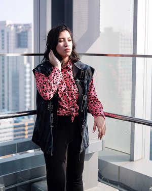Meet you at the rooftop in 5 minutes?  MUA: @jobi_make_up  Photographer: @jhelocristobal  Jacket from @jemore_wilson  #seoulfashionweek #서울패션위크 #스트리트스타일 #패션 #streetstyle #clozette
