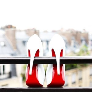 The #contrast. The shoes are not attempting suicide 😁😁 @liketoknow.it www.liketk.it/1yWRW #liketkit #clozette #fashionblogger #fashion #christianlouboutin #white #color #red #blog #fashionblogger #fashion #shoefie