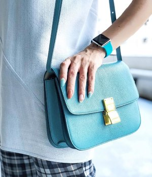 [CÉLINE] Haven't take this Céline Box Bag out in a while. I'm still very much a Phoebe's Céline. How about u? ... #Manicure by @miku.yunail from @yuacademiesalon ❤️ . . . #celine #celineboxbag #tealcolor #classicbag #divainmefashion #fashionista #fashionblogger #malaysianblogger #bloggerstyle #mychoice #japanesenailart #nailart #yuacademiesalon #applewatch #clozette #ootd #botd