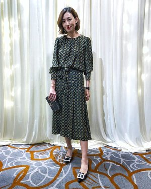 [PRINTS] Dark green & prints for a wedding dinner. Now, do you like green? . #OOTN: Top & Skirt - @zara Shoes - @rogervivier Clutch - Makeup pouch by @diormakeup Hair - @toniandguybangsar . . . #stylingwithyen #divainmefashion #fashionista #zara #rogervivier #diormakeup #ootd #malacca #fashionblogger #bloggerstyle #blogger #malaysianblogger #clozette