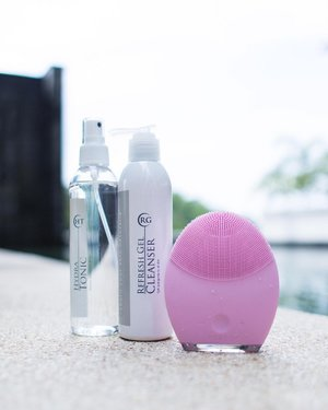 [FOREO] The secret device at home which contributed to my smooth skin. . Cleansing had never been easier with the Foreo Luna™ 2. The item is silicon based and very gentle on my skin. At first I was a little worried if my skin will go thru the 1st week of breaking out but it didn't *phew* I based it on my previous experience with Clarisonic Mia2 and I had few pimples for a week! A little intense I guess. For Foreo Luna™ 2, u can adjust the intensity, up to 12 levels. . Foreo Luna™ 2 is also an anti-aging device. Turn to the other side of the device to do a little massage on the pressure points after applying your skincare (see my stories now for more details). I only use the Foreo Luna™ 2 once a day, for my night routine. I've been using it for a month and am loving it! And you only need to charge it once every 7 months ❤️ . . . #FOREOmy #Luna2 @foreo_my #divainmebeauty #beautyblogger #skincare #foreoluna2 #beautytips #foreo #skincareroutine #bloggerlifestyle #musthave #beautydevice #clozette