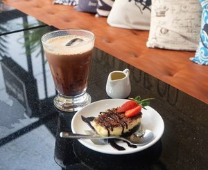 Ngomong-ngomong soal kopi & cafe, standarku menilai cafe itu kopinya enak dari menu coffee latte mereka. . . . Dibilang suka kopi, iya. Tapi bukan kopi yang tanpa tambahan gitu. Aku prefer pilih yg latte, tapi dengan catatan rasa kopi kudu lebih kuat dari rasa susunya dan NGGAK MANIS!  request gini simple, tapi nggak semua barista bisa menerjemahkannya ke menu yang mereka sajikan ke aku. So far, kopi favoritku itu Kopi Tarik dari Drana, terus racikan sendiri dengan 2 sch Nescafe Classic + 1/2 bungkus susu uht coconut delight Frisian Flas, cafe latte sbux dengan extra kopi, dan cappucino Indomart. Hehe  #ErnysJounalDaily #ClozetteID #Clozette #ErnysJournalBlog #Fotokopi #coffeeoftheday  #coffeetime