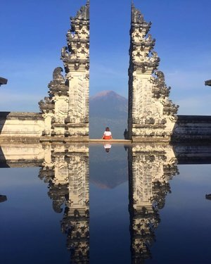 I am not just jumping into bandwagon here guys. Lempuyang Temple is really a must visit place in Bali. Yes, so many tourist visit the temple and it will get so crowded but have you realized how a this temple is so perfectly made facing the Mt. Agung? I think I appreciate that idea. There is a connection guys, a connection. 💛 ⠀ ⠀ ⠀ #qingTravels #clozette #femaletravellerph #pampangabloggers #travellingpinoy #femaletraveller #musttravel #bali #baliindonesia #baligasm #balilife #travel #balibible #balitravel #solofemaletraveller #travelblogger #lempuyangtemple #mtagung #thebaliguidelines #thebalibible #travel #bali🌴 #balivibes