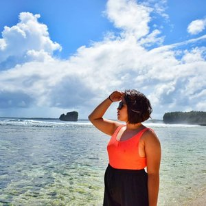 Here's a reality when travelling and making all my friends believe that all my photos are easy to capture. 😅 (swipe it) #qingTravels #qingsstyle #clozette #travelphilippines #travelingpinoy #lostinph #siargao #magpupungkorockpools #travelgram #igtravel #femaletraveller