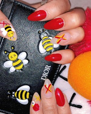 Showin' off my claws, BEE-KAWS they are cute af. 🐝 #nailfie #clozette