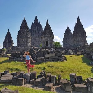 《 once a year go somewhere you have never been before》 - Dalai Lama  Dancing your troubles away. You can too~~ 📍yogyakarta . . . . . . . #yogyakarta #jogja #indonesia #visitindonesia #wonderfulindonesia #clozette