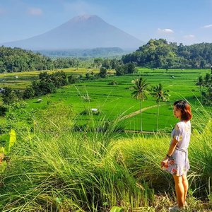 《Escape and breathe the air of new places》  With Mount Agung breathing behind us, it was an amazing sight to behold what nature holds for humans.  Have you been to any amazing mountain visits or hikes lately? . . . . . .  #indonesia #bali #visitindonesia #exploreindonesia #clozette