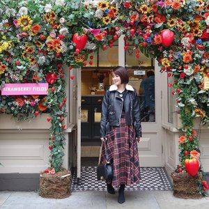 All I want for 🎄Christmas is ... (REST)🤰🏻. Baby K has become the size of a (🍍)!!!. 🍓#Throwback to my wonderland vacation in London. #merrychristmas 🎄 #motherhoodsg