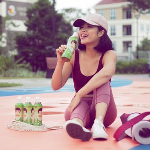 Drinking @jjdrinks_sg Shiracha White Tea in Jasmine flavour after my morning yoga practice instead of coffee or green tea! Did you know that white tea is the least processed tea? This is thought to be one reason why studies have linked white tea with many health benefits. Such as combatting skin aging and aiding weight loss ❤️ #endorsed #awakenyourTsenses #JJdrinksSG #ShirachaWhiteTea #JollyJasmine #JasmineWhiteTea