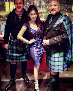 【LANG MAY YER LUM REEK】That's 'May you live long and keep well' in Scottish. 👍🏻 Didn't get to see any men in kilts when I was in Scotland, but there were these two gentlemen in traditional Scottish outfit at the grand opening of @UsQuBa restaurant in Singapore. What are the odds! 😄😄 Wearing UK-brand @dorothyperkins_sg dress.#UsQuBa #Scottish #Instascotland #dorothyperkins #dorothyperkinsSG #kilts #foodstagram #foodphotography #onefullerton #clozette
