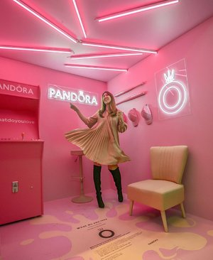 If you love pink as much as me, pop by the Pandora Pink Pop Up at Raffles City to snap ⁣ some pretty pictures in the pink booth just in front of cityhall mrt entrance. ⁣ ⁣ And you may stand a chance to win $500 Pandora shopping vouchers when you tag #whatdoyoulove in your IG post. ⁣ ⁣ Hurrry! Only till 2 Oct. ⁣ ⁣ #ShotforPandora #pandorasg #pandorasingapore #jewellery #igsg #sgig #sgfaves #sp