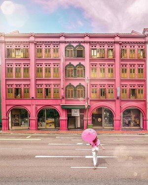 This was the first building @yuniqueyuni and I started to collect our pink photos of Singapore. Can you guess where is this? I'm sure you will definitely see it or pass by it before.  #wesanderson #accidentallywesanderson #whatdoyoulove #pinkstagram #welovepink #visitsingapore #exploresingapore