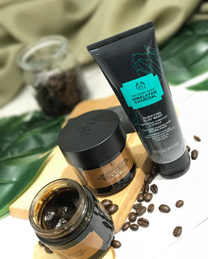 I'm pretty excited for the new @thebodyshopsg #skincare products! There are two new products - a Nicaraguan Coffee Intense Awakening #Mask, which also happens to double as a #scrub and SMELLS SOOO GOOD (seriously it smells just like coffee and I lowkey want to eat it everytime I smell it lol). There's also a Purifying Clay Wash - basically a #cleanser with clay in it, and it's actually one of the few clay cleansers that's not harsh on skin! Will be looking at these in more detail soon! . . . #clozette #beauty #thebodyshop #thebodyshopsg #tbssg #naturalskincare #skincareproducts #skincarenatural #skincarejunkie #skincareaddict #skincareblogger #facemask #facemasks #cleansers #thebodyshopskincare #flatlay #naturalproducts #naturalbeauty #skincareobsessed #skincarecommunity #skincarelover #crueltyfreeskincare #beautybloggers #beautyaddict