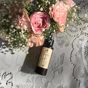 It's almost over :( - this rose water spray by @kamaayurveda is the best I've used so far - granted the Dabur Gulabari was my only point of comparison, but I was really happy with how this has been working- and how long it lasted even. I love using it to even out foundation after applying it (a trick I learned from @gossmakeupartist I believe). Have y'all tried rose water from any other brands? Leave me some recommendations so I can wishlist them please!!💖🌹